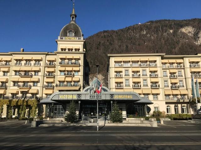 Das Fünfsternehotel Victoria-Jungfrau in Interlaken von aussen.
