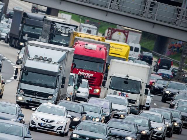 Stau, Lastwagen und Autos.