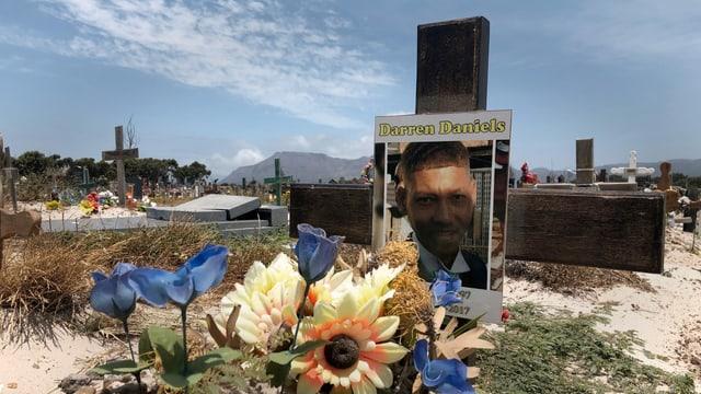 Blumen und Gedenktafel erinnern an Tod eines jungen Mannes