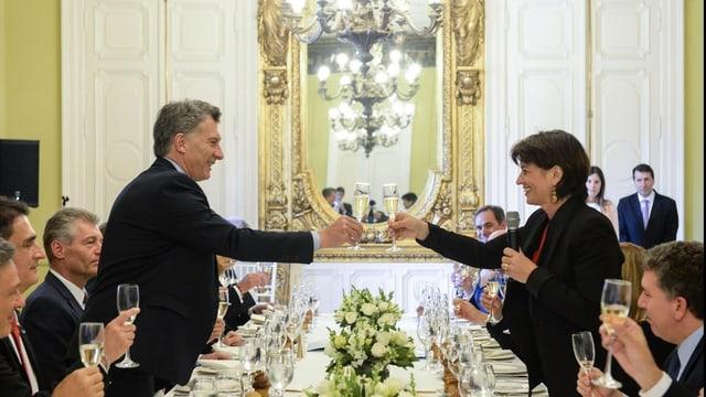 Purtret da Macri e Leuthard che fan viva cun schampagn.