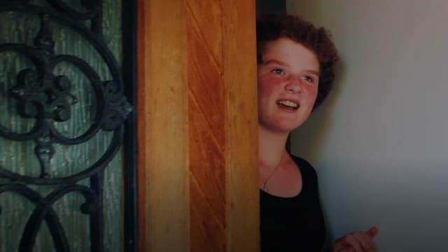 Noémi öffnet die Haustür, Anna Zöllig steht davor.