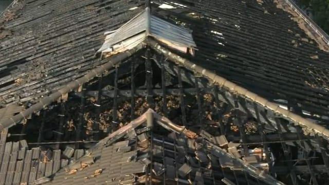 Luftbild des verbrannten Dachstocks.