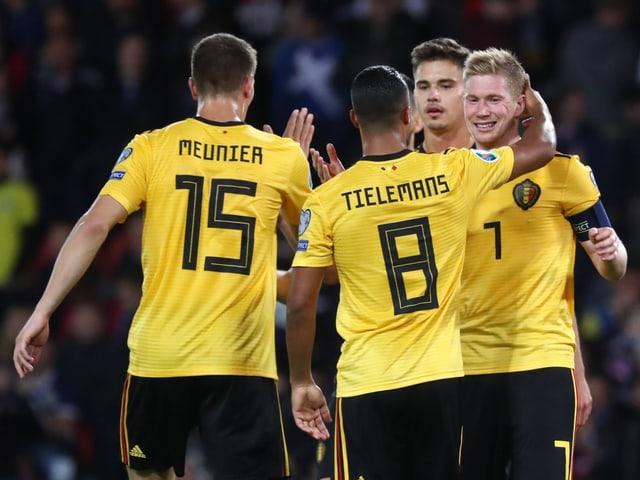 Die Belgier feiern einen Treffer.