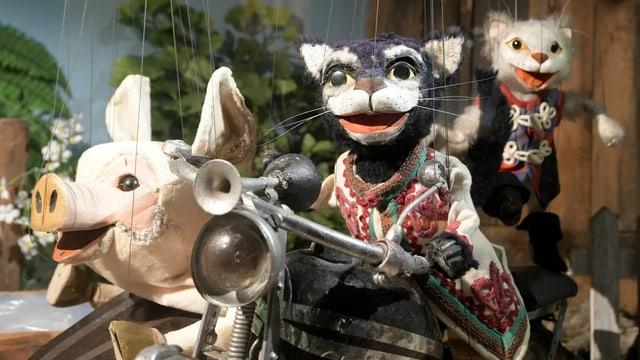 Die Marionetten Paschik, Kater Mikesch und Maunzerle hängen im Museum der Augsburger Puppenkiste