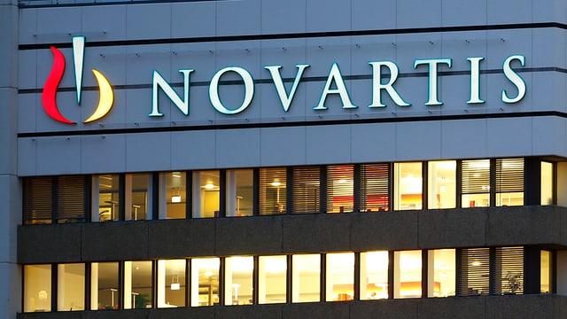 Schriftzug von Novartis am Konzernsitz in Basel