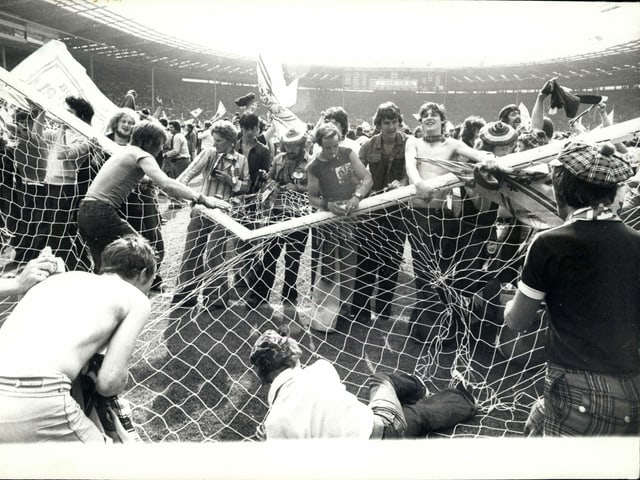 Schottische Fans nehmen ein Wembley-Tor auseinander.