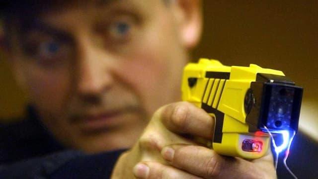 Polizist schiesst mit gelbem Taser