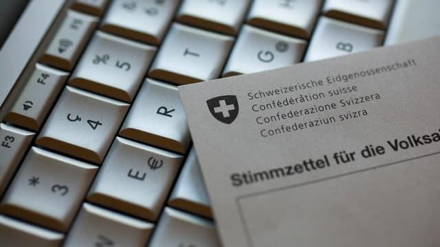 Computertastatur, darauf liegt ein Abstimmungszettel.