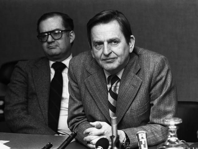 Zwei Männer an Medienkonferenz, Bild schwarz-weiss.