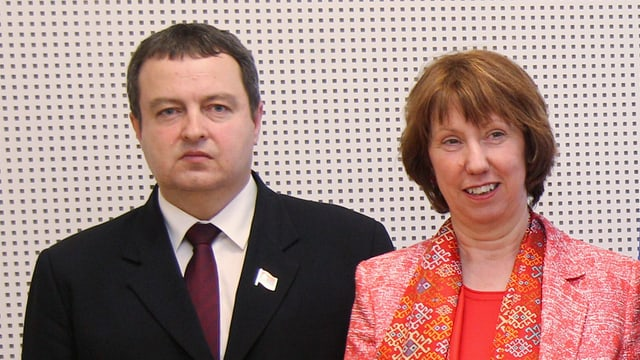 Dacic steht neben Catherine Ashton.