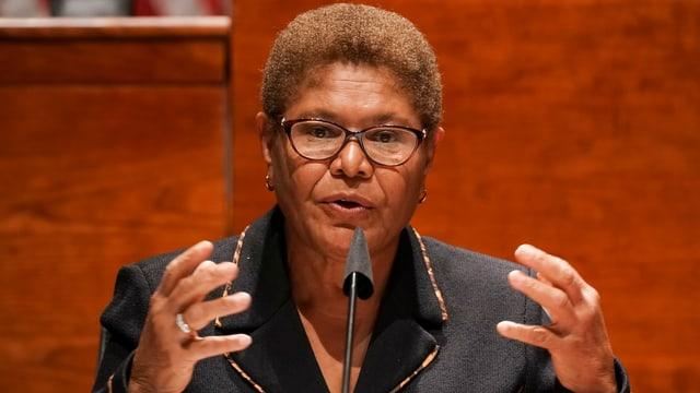 Die Abgeordnete Karen Bass während einer Rede im Repräsentantenhaus am Rednerpult.