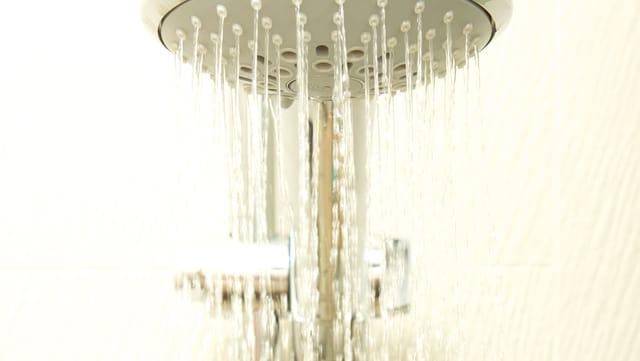 Duschhahn mit Wasser