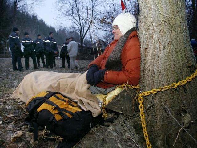 Vosseler an Baum gekettet
