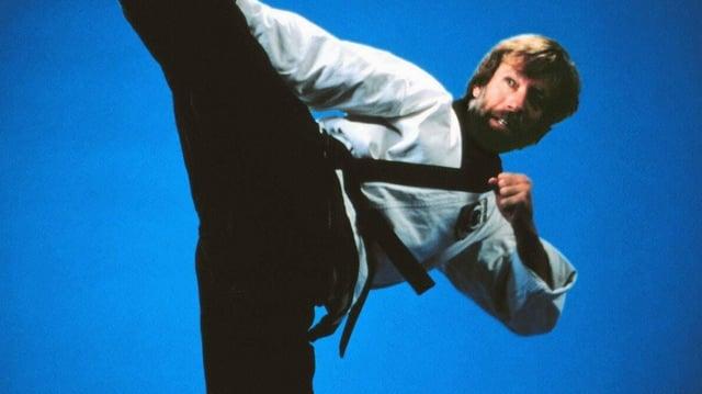 Ein Mann macht eine Karateposition.