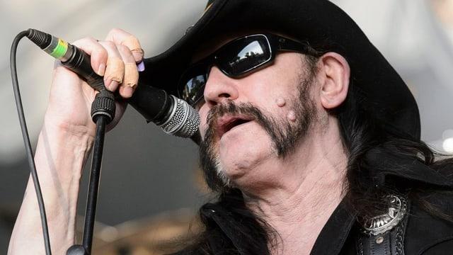 Lemmy Kilmister am Mikrophon.