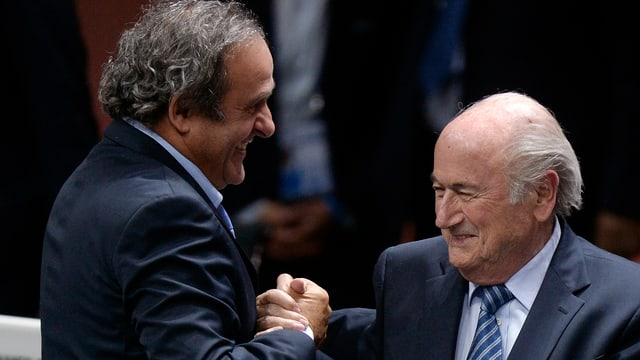 Michel Platini (links) und Sepp Blatter (rechs) beim Handschlag (Archivbild).