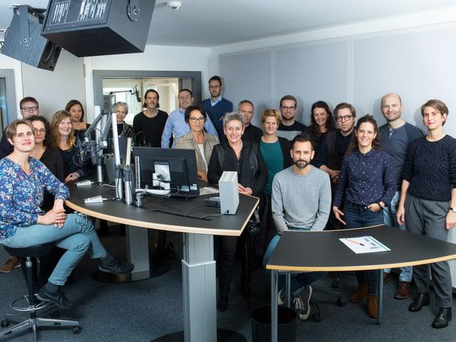 Eine Gruppe von Leuten in einem Radiostudio.