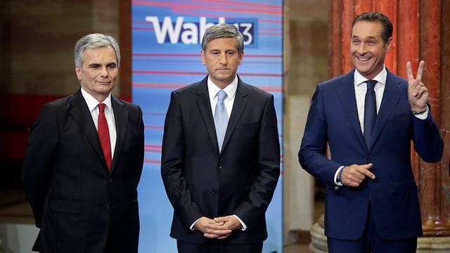 Feymann, Spindelegger und Strache warten im TV-Studio auf die Ergebnisse, Strache macht das Vicotry-Zeichen.