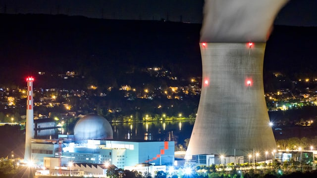 L'implant atomar Leibstadt en il chantun Argovia.