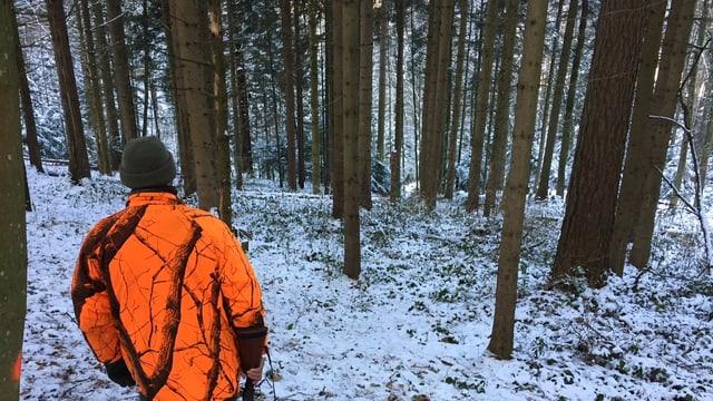 Jäger wartet im verschneiten Wald