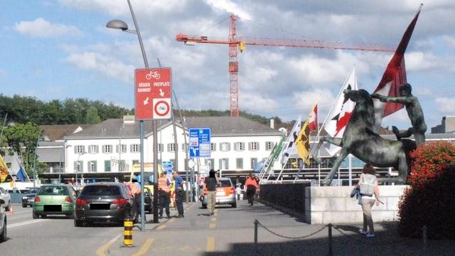 Bahnhofbrücke in Olten mit Autos und Polizisten.