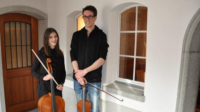 La cesslista Gianna Bearth ed il violinist Serafin Albin tegnan lur instruments.