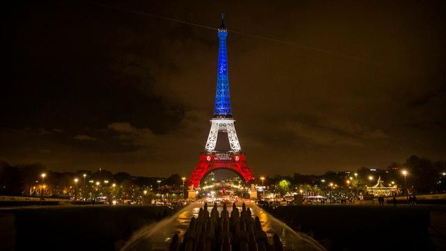 Eiffelturm blau-weiss-rot erleuchtet.