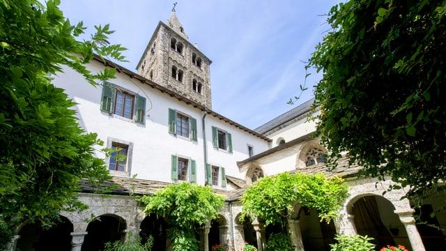 Klosterinnenhof mit Blick auf Kirchturm.