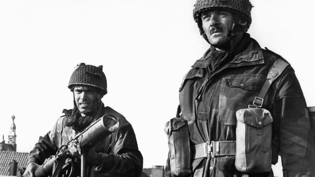 Zwei Männer in Militäruniform