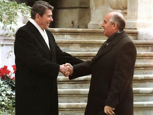 Reagan und Gorbatschow begrüssen sich