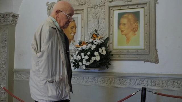 Saúl Macyszyn steht vor einem Porträt von Evita.