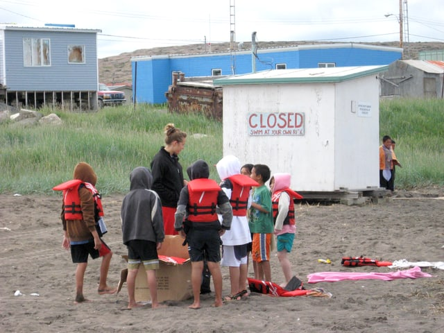Kinder mit Schwimmwesten am Strand