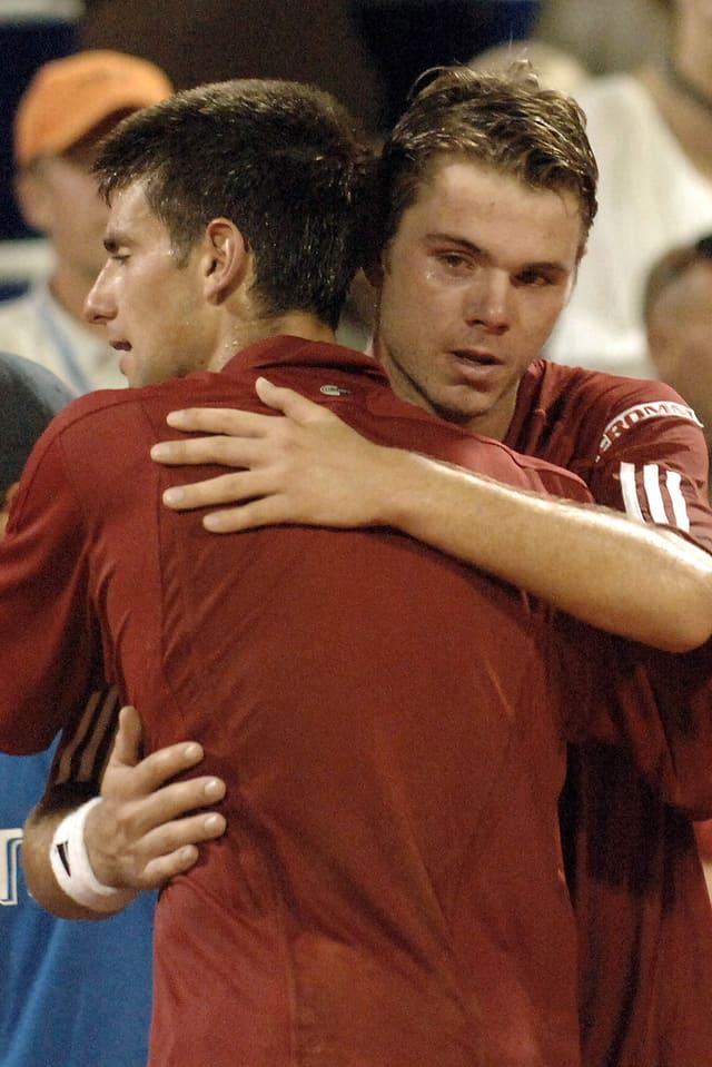 Wawrinka und Djokovic umarmen sich 2006 in Umag am Netz.