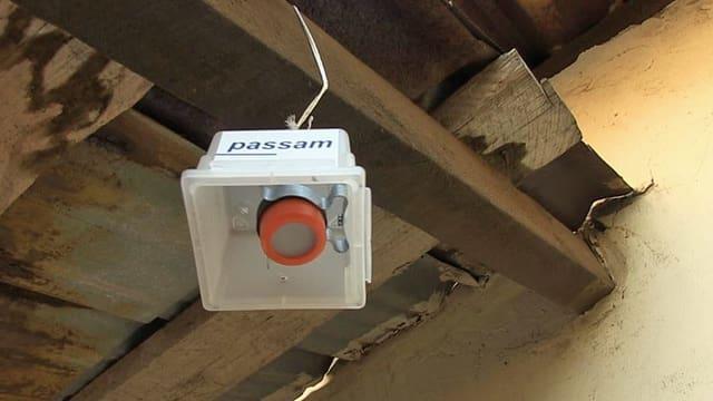 Ein Luft-Messgerät des Labors Passam hängt an einem Balken.