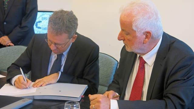 Die beiden Herren bei der Vertrags-Unterzeichnung.