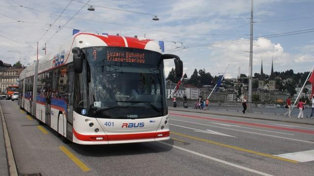 Ein Doppelgelenkbus in der Stadt Luzern.