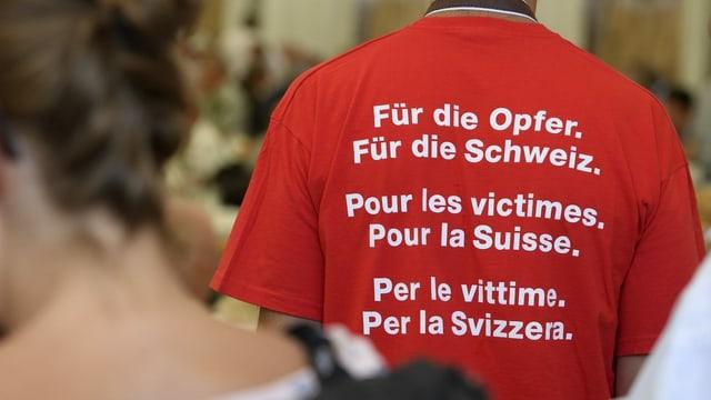 Purtret d'in um che porta in T-shirt cun scrit si «Für die Opfer. Für die Schweiz.»