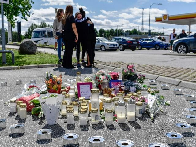 Mädchen trauern um die getötete Freundin