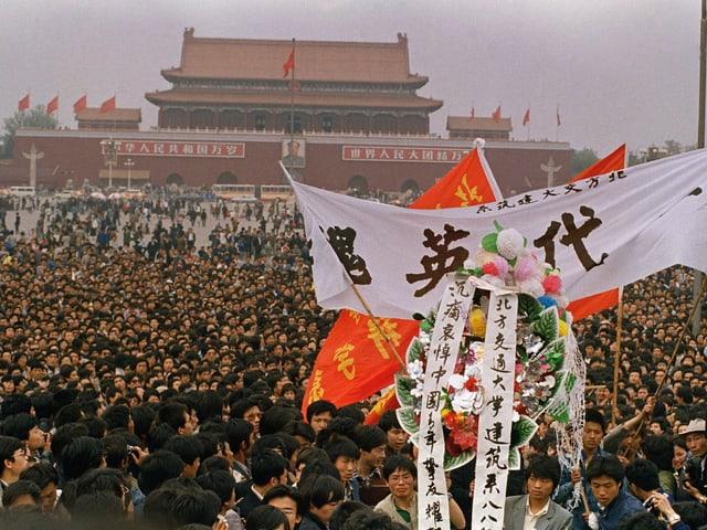 Der Tiananmen ist mit tausenden Studenten bedeckt.