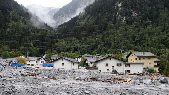 Häuser versunken in Stein und Geröll.