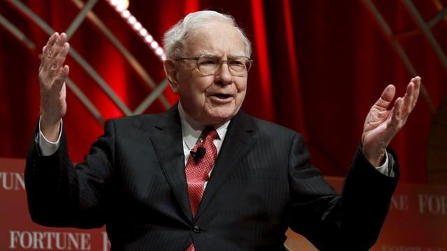 Buffet mit erhobenen Händen.