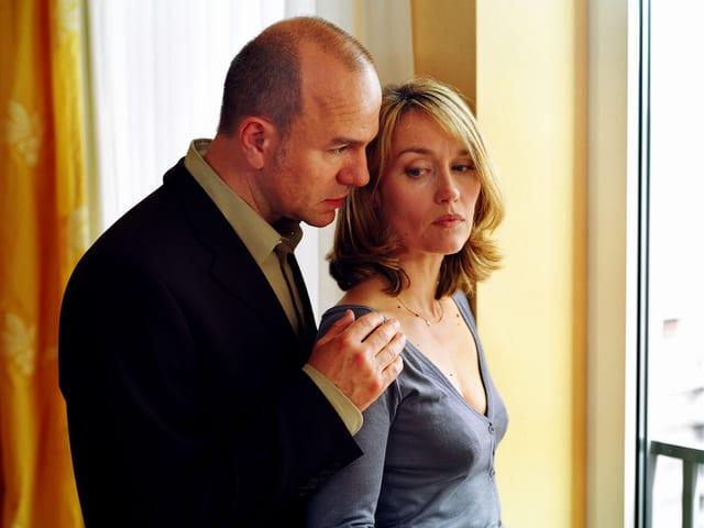 Ein Mann tröstet eine Frau.
