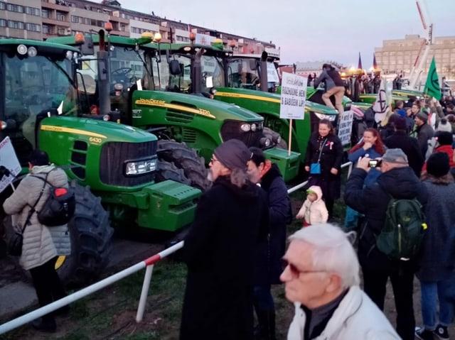 Demonstranten vor Traktoren