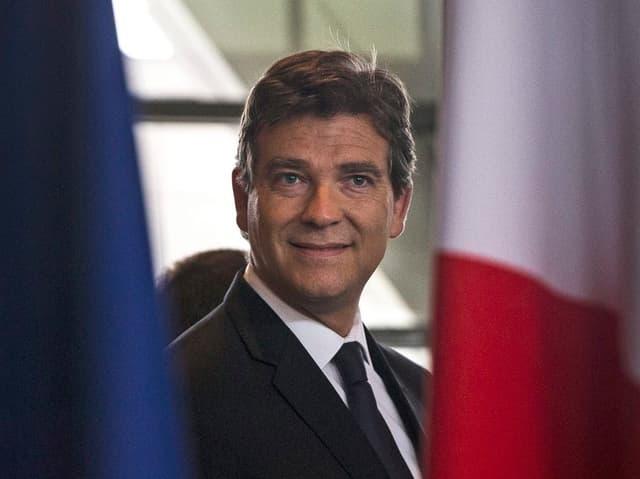 Arnaud Montebourg hinter der Flagge Frankreichs.