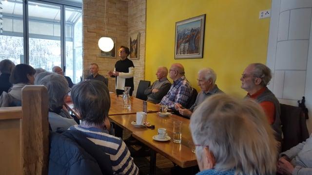 Visitaders dal café rumantsch taidlan cun interess a Corina Casanova (restaurant Taverna Scuol)