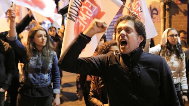 Protestierende mit Fahnen