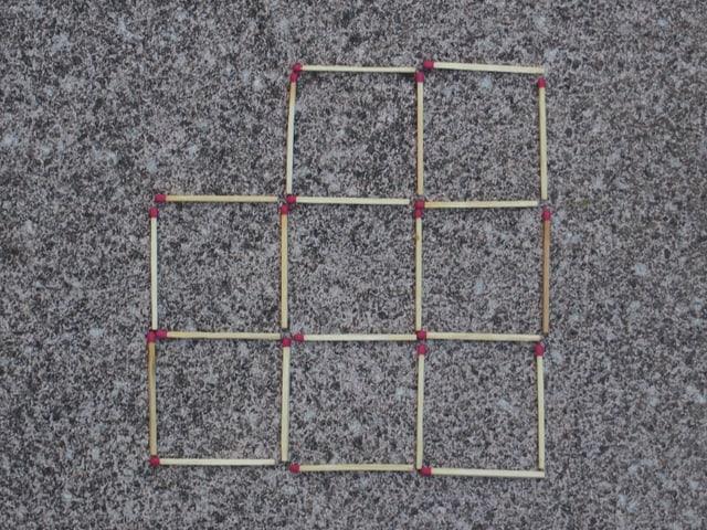 Aufgabe 1 - zwei Streichhölzer sind so umzulegen, dass sieben gleich grosse Quadrate entstehen.