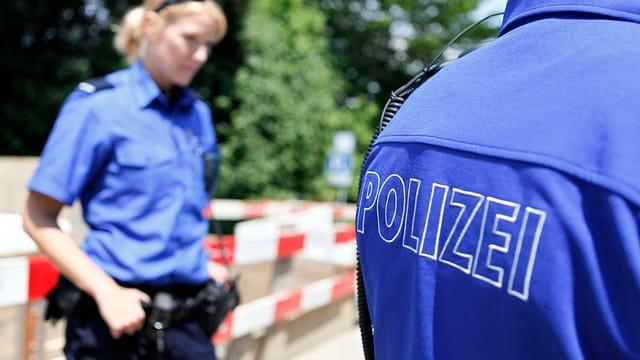 Zwei Polizisten stehen auf der Strasse