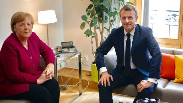 Angela Merkel und Emmanuel Macron präsentieren sich den Fotografen.