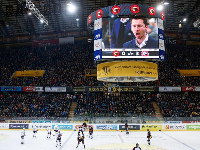 Coach Lars Leuenberger auf dem Videowürfel